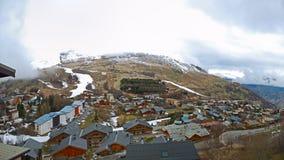 Weinig dorp in de bergalpen Stock Fotografie