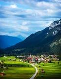 Weinig dorp in de bergen Stock Foto