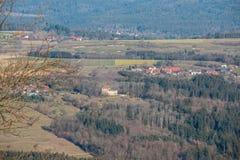 Weinig dorp en weinig kasteel in het midden van het Duitse platteland met heuvels, bossen, gebieden en weiden royalty-vrije stock foto's