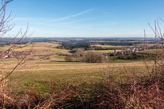 Weinig dorp in het midden van het Duitse platteland met bossen, gebieden en weiden royalty-vrije stock afbeeldingen