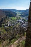 Weinig dorp in het midden van het Duitse platteland met heuvels, bossen, gebieden en weiden en de muren van een kasteel royalty-vrije stock foto