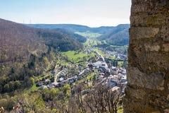 Weinig dorp in het midden van het Duitse platteland met heuvels, bossen, gebieden en weiden en de muren van een kasteel stock afbeeldingen