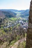Weinig dorp in het midden van het Duitse platteland met heuvels, bossen, gebieden en weiden en de muren van een kasteel stock afbeelding