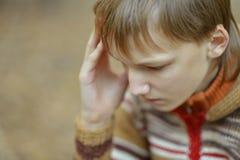 Weinig droevige jongen in een warme sweater Stock Foto