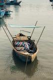 Weinig eenzame vissenboot met loods royalty-vrije stock fotografie