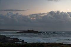 Weinig eiland met bewolkte hemel royalty-vrije stock fotografie
