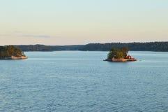 Weinig eiland met huis in Sweeden Stock Afbeeldingen