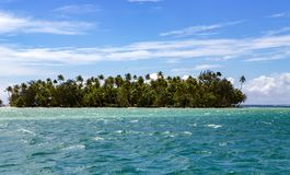 Weinig eiland in Vreedzame oceaan, Franse Polynesia royalty-vrije stock foto's