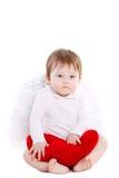 Weinig engel met rood die hart op wit wordt geïsoleerd Stock Afbeeldingen