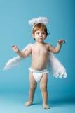Weinig engel op blauwe achtergrond royalty-vrije stock fotografie