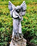Weinig engelenstandbeeld bij een begraafplaats royalty-vrije stock afbeelding
