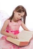 Weinig fee magisch boek leest stock afbeeldingen