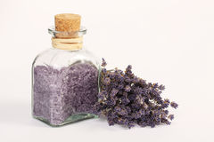 Weinig fles met mineraal zout en droge lavendel bloeien Stock Foto's