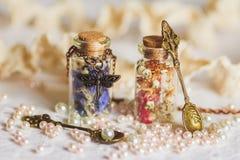 Weinig flessenhoogtepunt met kleurrijke droge bloemen Stock Foto