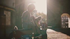 Weinig gelukkig mannelijk kind berijdt een ruiter van de paardlente Langzame Motie Aanbiddelijke Europese jongensglimlachen geluk stock video