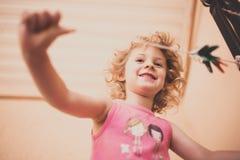 Weinig gelukkig meisje dat pret heeft Royalty-vrije Stock Afbeelding