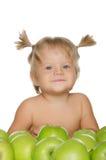 Weinig gelukkig meisje met groene appelen royalty-vrije stock foto's