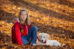 Weinig gelukkig meisje met puppy Royalty-vrije Stock Afbeeldingen