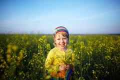Weinig gelukkig meisje op de weide Stock Afbeelding
