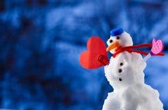 Weinig gelukkig symbool van de het hartliefde van de Kerstmissneeuwman openlucht Uren en landschap Royalty-vrije Stock Foto's
