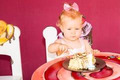 Weinig gelukkige babymeisje het vieren eerste verjaardag Jong geitje en haar eerste cake op partij Kinderjaren Stock Fotografie
