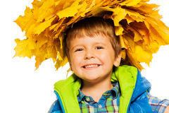 Weinig gelukkige jongen in esdoornkroon op wit Stock Afbeeldingen
