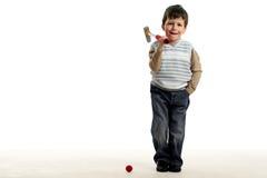 Weinig gelukkige jongen speelt minigolf Stock Foto