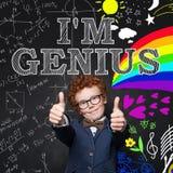 Weinig genie Leuk kind op bord met wetenschapsformule en van het kunstenpatroon achtergrond royalty-vrije stock foto's