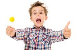 Weinig gillende opgewekte jongen toont Stock Afbeelding