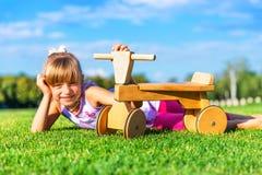 Weinig girld en runbike op de grasweide stock afbeelding