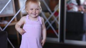 Weinig glimlach en bespreking van het babymeisje stock videobeelden