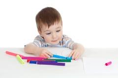 Weinig glimlachend kind met kleur voelde pen Stock Foto