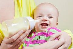 Weinig glimlachende baby en fles Stock Foto's