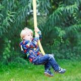 Weinig glimlachende jongen van drie jaar die pret hebben  Royalty-vrije Stock Fotografie