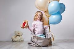 Weinig glimlachjong geitje het spelen met speelgoed royalty-vrije stock foto