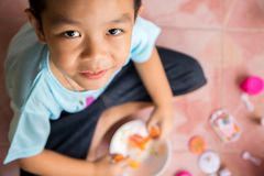 Weinig glimlachjongen het spelen speelgoed op de vloer Stock Afbeeldingen