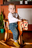 Weinig grappig jongen het berijden paard Stock Afbeelding