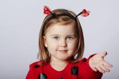 Weinig grappig meisje in lieveheersbeestjekostuum Royalty-vrije Stock Afbeelding