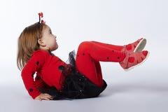 Weinig grappig meisje in lieveheersbeestjekostuum Royalty-vrije Stock Foto's