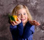 Weinig grappig meisje met mandarijntje stock foto's
