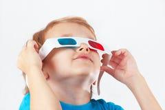 Weinig grappige jongen in 3D glazen Stock Fotografie