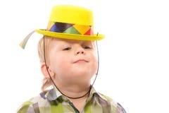 Weinig Grappige jongen in overhemd en grappige hoed Stock Afbeeldingen