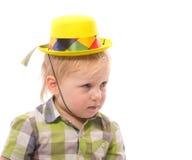 Weinig Grappige jongen in overhemd en grappige hoed Stock Foto