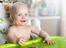 Weinig grappige zuigeling het glimlachen zitting als verzorgingsvoorzitter stock afbeeldingen