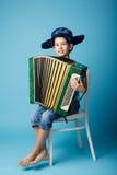 Weinig harmonikaspeler op blauwe achtergrond Royalty-vrije Stock Foto's