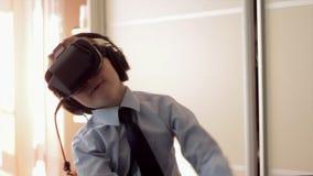 Weinig helm van de de werkelijkheidshoofdtelefoon van het jongensgebruik virtuele, maakte hij zeer op indruk stock videobeelden