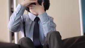 Weinig helm van de de werkelijkheidshoofdtelefoon van het jongensgebruik virtuele, maakte hij zeer op indruk stock footage
