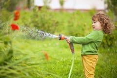 Weinig helper in de tuin Stock Afbeelding
