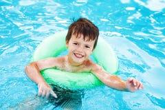Weinig het Kaukasische jongen leren zwemt met spaarder royalty-vrije stock fotografie