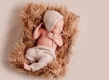 Weinig het leuke baby liggen royalty-vrije stock afbeelding